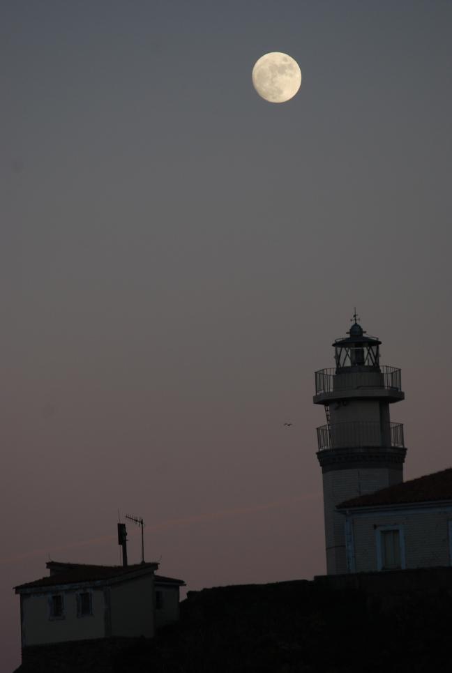 Faro con luna