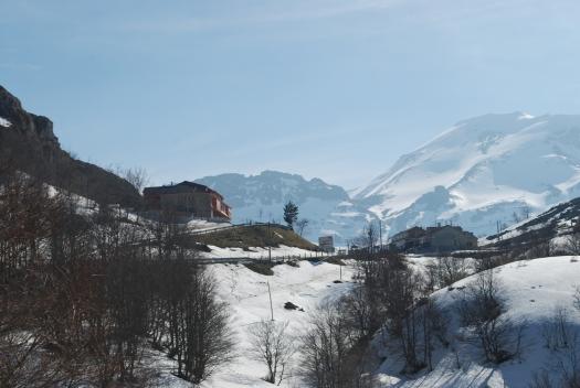 Montañas y suelo nevado